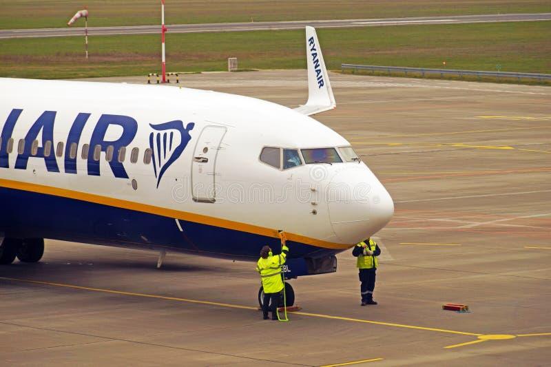 Polônia, Lodz, o 6 de outubro de 2018; Aeroporto de Lodz eles Wladyslaw Reymont Preparação para que o voo de Ryanair decole imagens de stock royalty free
