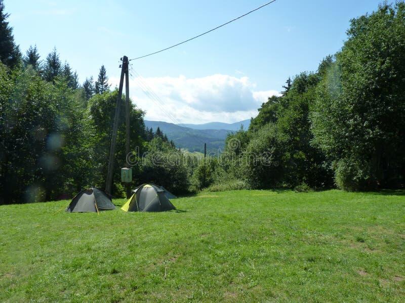 Polônia, Rudawy Janowickie - as barracas na clareira e na montanha de Karkonosze na distância fotografia de stock