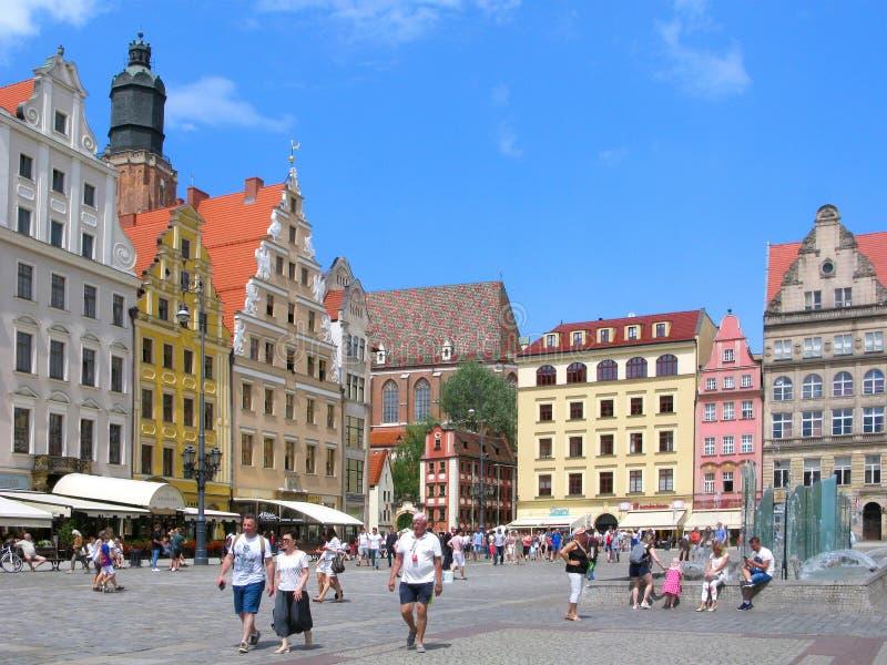 Polônia, turistas no mercado em Wroclaw imagem de stock royalty free