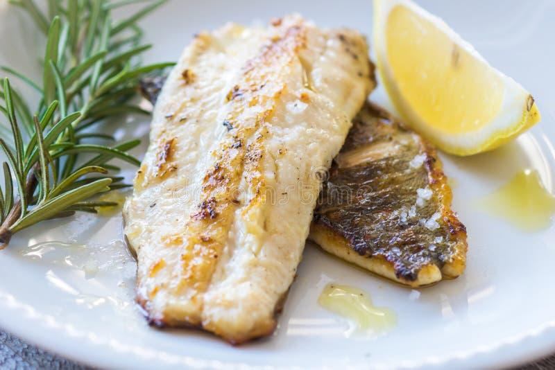 polędwicowa ryba piec na grillu zdjęcia royalty free