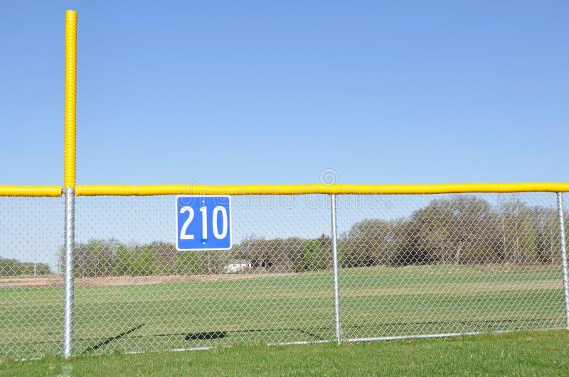 pol för ytterfält för baseballstaketojust spel royaltyfria bilder
