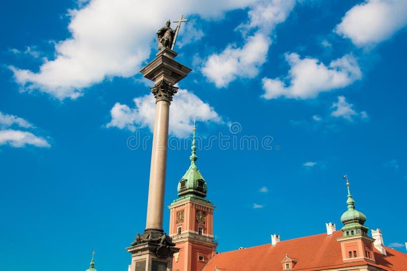 Pol?nia de Vars?via - em maio de 2019: Coluna real velha da cidade, do quadrado Plac Zamkowy do castelo, do castelo e do rei Sigm fotos de stock royalty free