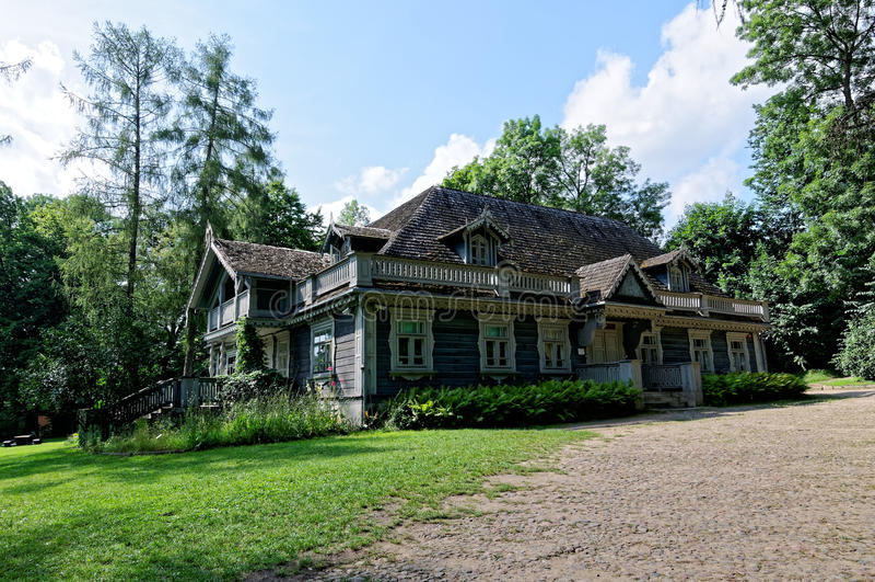 Polônia, parque do palácio de Bialowieza Casa senhorial de madeira, histórica velha dos caçadores A construção a mais velha em Bi fotografia de stock