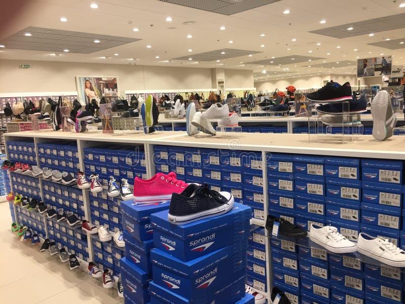 Polônia, Slupsk: Interior da loja do varejista da sapata do CCC fotos de stock royalty free