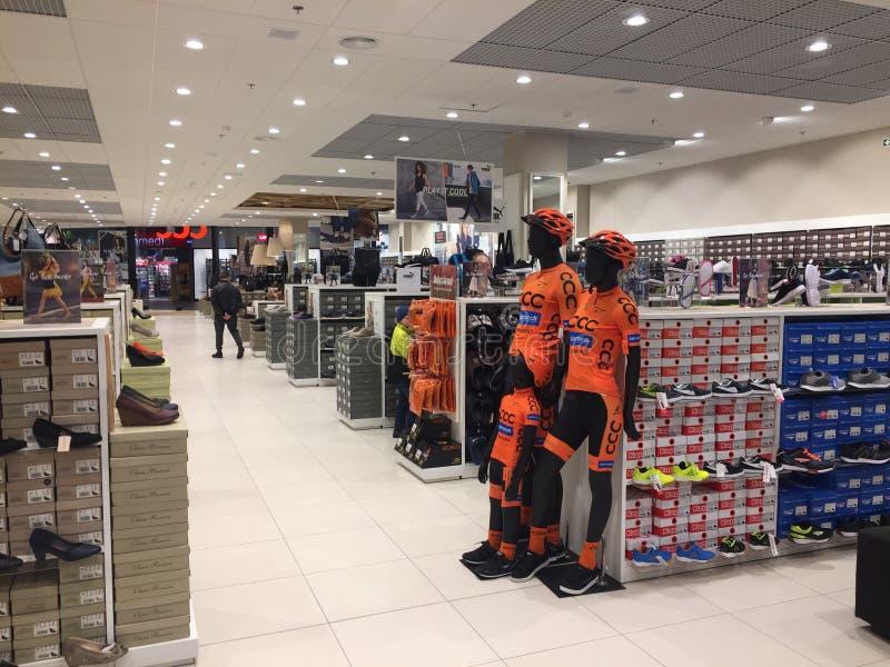 Polônia, Slupsk: Interior da loja do varejista da sapata do CCC imagem de stock