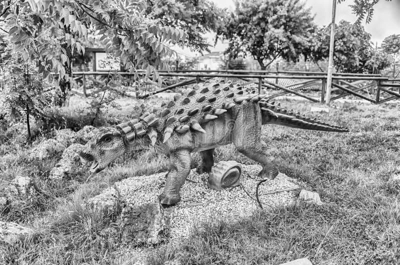 Δεινόσαυρος Polacanthus μέσα σε ένα πάρκο του Dino στη νότια Ιταλία στοκ εικόνα