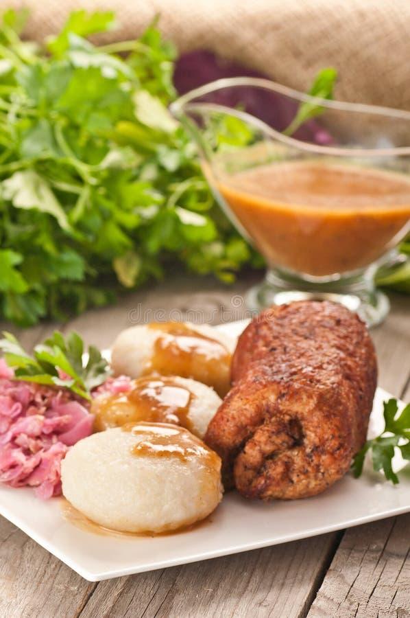 Polaco tradicional, plato silesio Carne, bolas de masa hervida de la patata, col imagenes de archivo