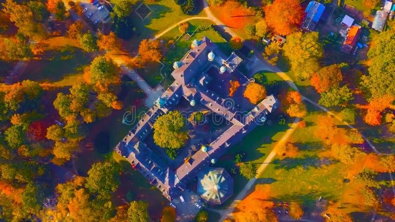 poland Castelo medieval em Niedzica, castelo superior, polon?s do s?culo XV ou h?ngaro no lago artificial passado Czorsztyn e fotografia de stock
