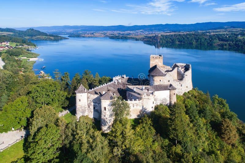 poland Medeltida slott i Niedzica flyg- sikt fotografering för bildbyråer