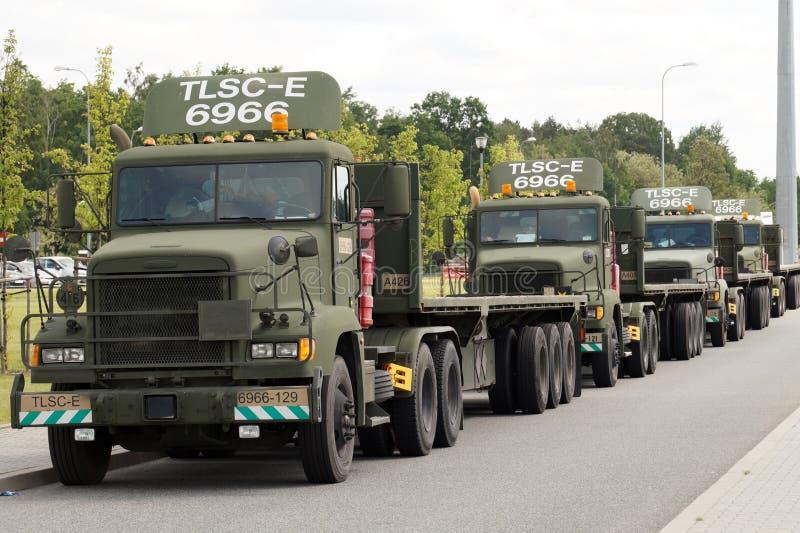 poland Sieganow, maggio 2018 Un convoglio di camion militari americani nel parcheggio dei posti di resto dei viaggiatori fotografia stock