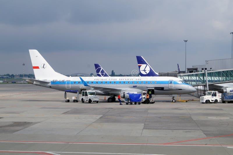 poland Varsavia luglio 2014 Aeroporto: Okecie, preparante gli aerei per il volo dai servizi a terra fotografia stock