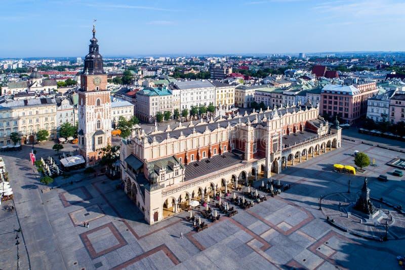 poland Vecchia città di Cracovia Siluetta dell'uomo Cowering di affari immagini stock