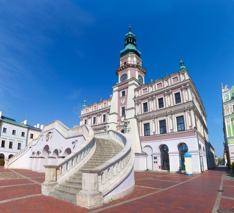 poland zamosc Historyczni budynki z urzędem miasta obrazy royalty free
