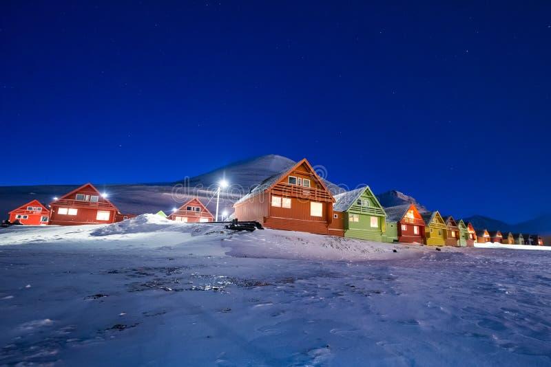 Polar arktisk för morgonrodnadsnowscooter för nordliga ljus stjärna för himmel för borealis i Norge Svalbard i Longyearbyen måneb arkivbild