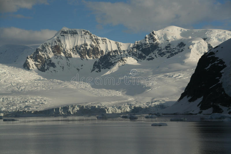 Polare Dämmerung: Vergletscherte Berge stockfotos