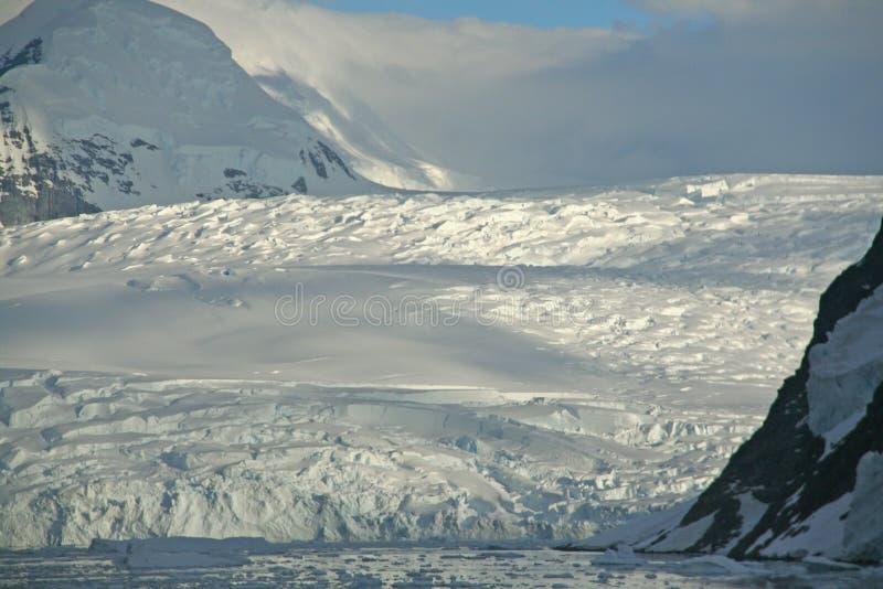 Polare Dämmerung: Vergletscherte Berge lizenzfreies stockbild