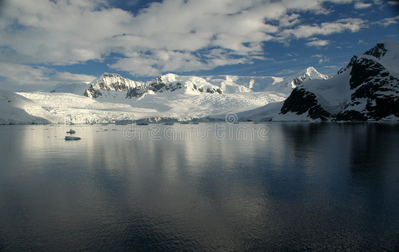 Polare Dämmerung: Vergletschertes moun stockbild