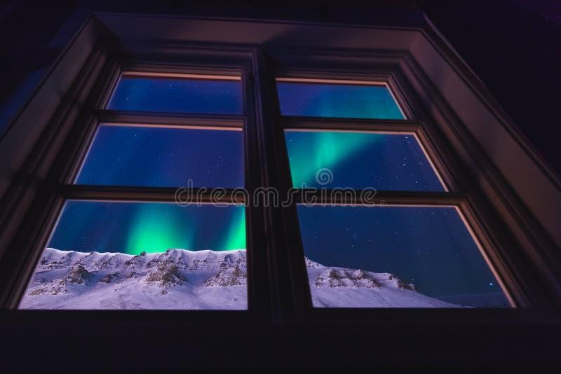 Polarer arktischer Nordlicht-Aurora snowscooter borealis Himmelstern in Norwegen Svalbard in Longyearbyen die Mondberge lizenzfreie stockfotos