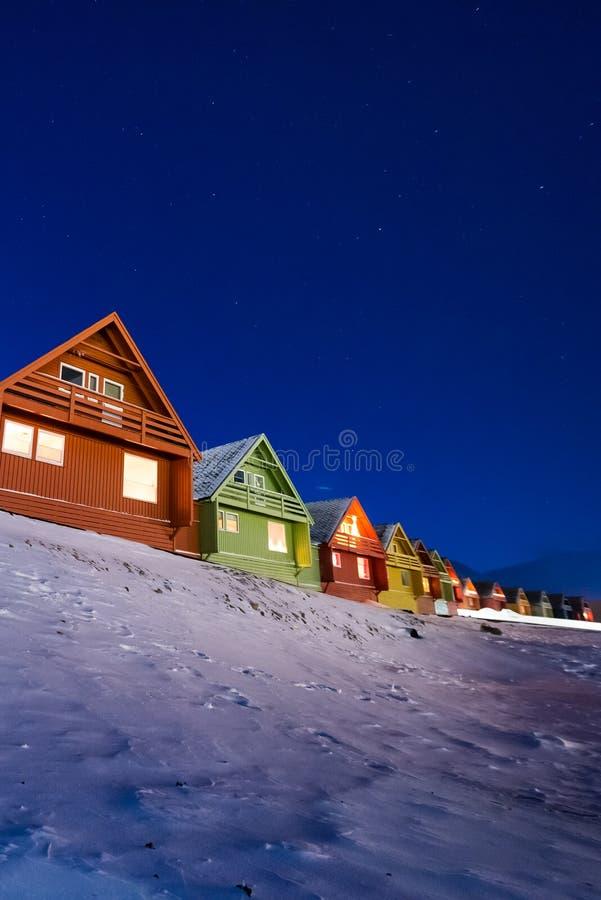Polarer arktischer Nordlicht-Aurora snowscooter borealis Himmelstern in Norwegen Svalbard in Longyearbyen die Mondberge stockfotos