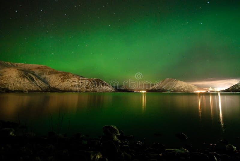 Polaris dell'aurora sopra un lago fotografie stock libere da diritti