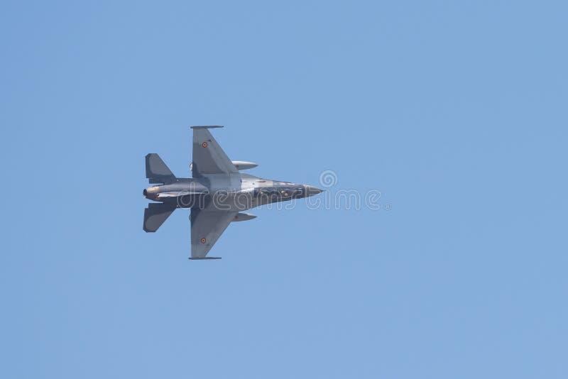 POLARISATION internationale de salon de l'aéronautique de Bucarest, équipe F-16 acrobatique aérienne images libres de droits