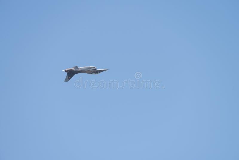 POLARISATION internationale de salon de l'aéronautique de Bucarest, équipe F-16 acrobatique aérienne image stock