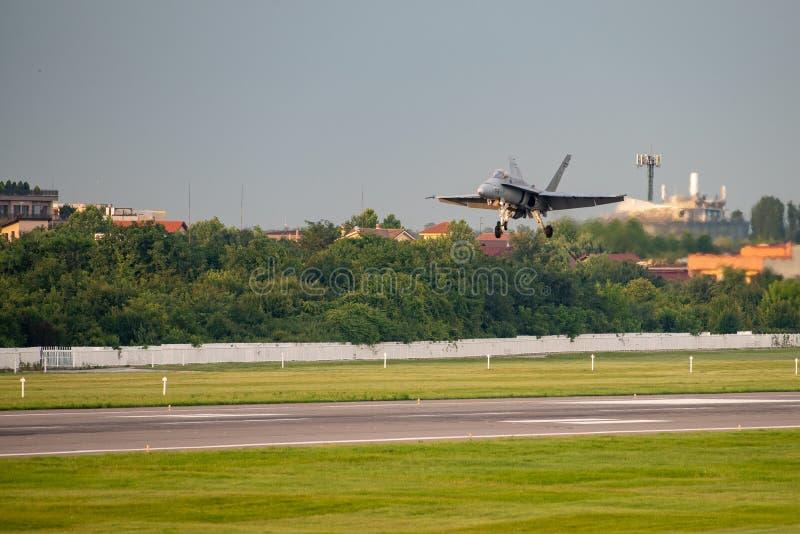 POLARISATION internationale de salon de l'aéronautique de Bucarest, F-16 sur l'atterrissage de piste photos stock