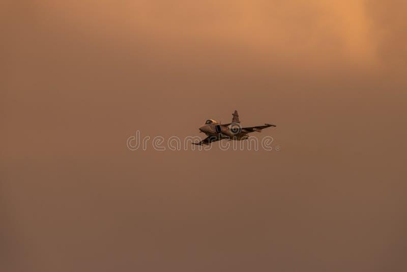 POLARISATION internationale de salon de l'aéronautique de Bucarest, F-16 sur le vol passe-bas photographie stock libre de droits