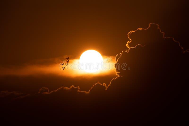 POLARISATION internationale de salon de l'aéronautique de Bucarest, faucons de silhouette acrobatique aérienne d'équipe de la Rou photographie stock libre de droits