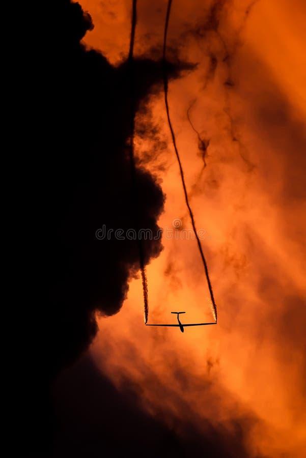 POLARISATION internationale de salon de l'aéronautique de Bucarest, silhouette acrobatique aérienne d'équipe de duo de planeur d' photographie stock libre de droits