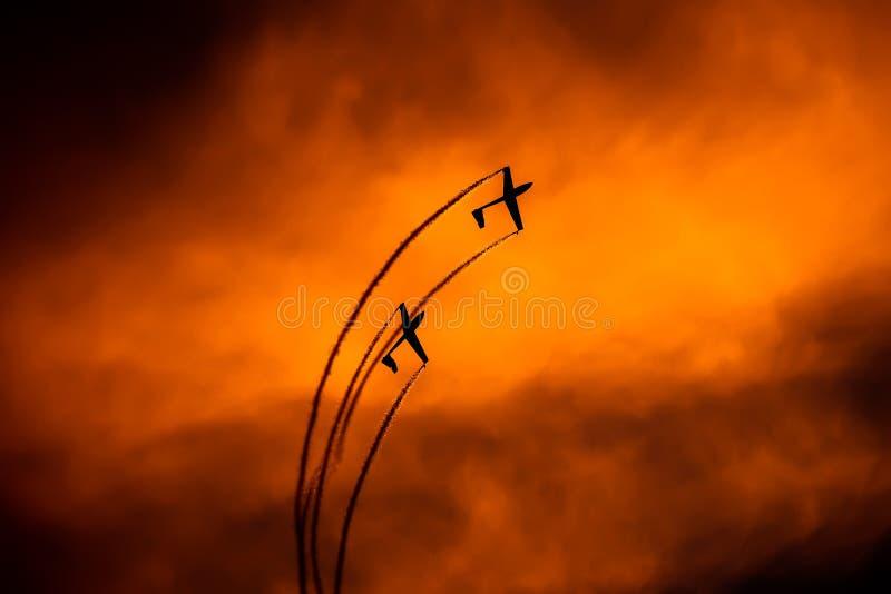 POLARISATION internationale de salon de l'aéronautique de Bucarest, silhouette acrobatique aérienne d'équipe de duo de planeur d' images libres de droits