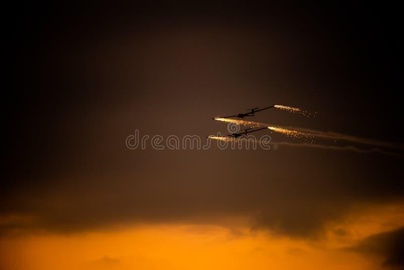 POLARISATION internationale de salon de l'aéronautique de Bucarest, silhouette acrobatique aérienne d'équipe de duo de planeur d' image libre de droits