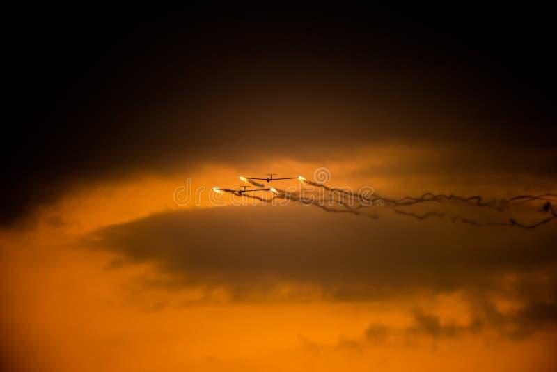 POLARISATION internationale de salon de l'aéronautique de Bucarest, silhouette acrobatique aérienne d'équipe de duo de planeur d' photographie stock