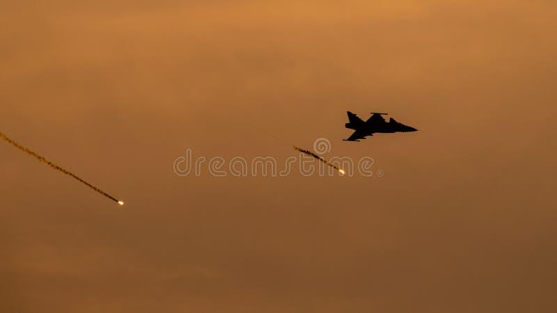 POLARISATION internationale de salon de l'aéronautique de Bucarest, silhouette F-16 avec des cartouches-leurres photo libre de droits