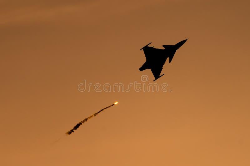POLARISATION internationale de salon de l'aéronautique de Bucarest, silhouette de Saab 9 Gripen avec des fusées image libre de droits