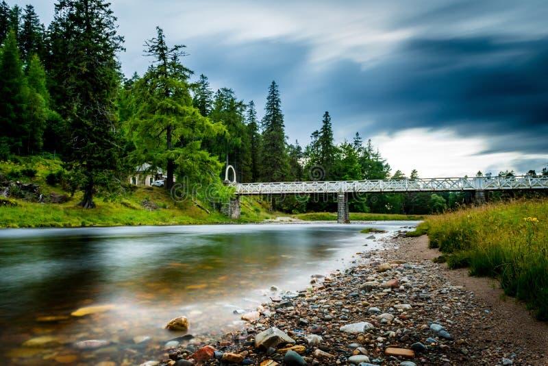 Polarisierte und lange Belichtungslandschaft von Fluss dee in Braemar lizenzfreies stockfoto