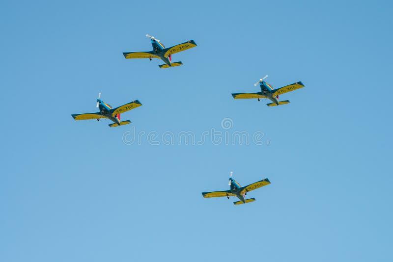 POLARIZAÇÃO internacional do festival aéreo de Bucareste, falcões da equipe aerobatic de Romênia na silhueta do por do sol foto de stock