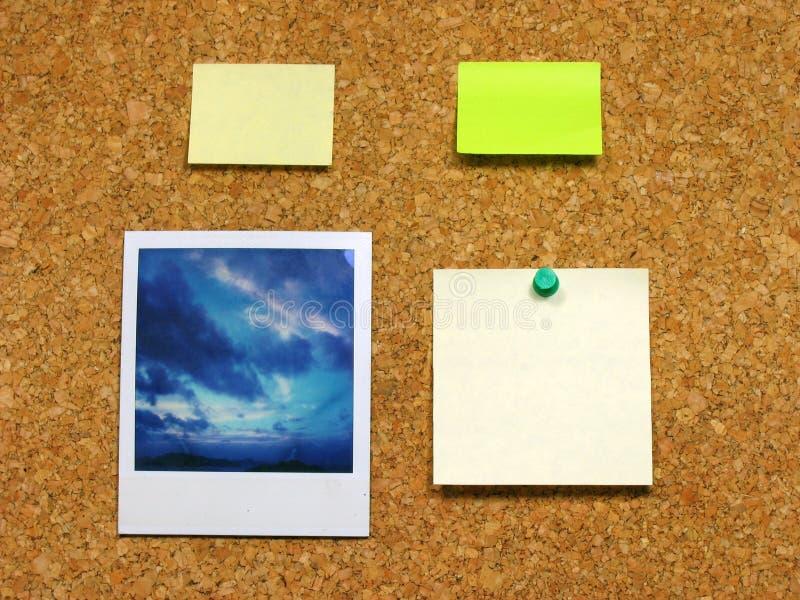 Polaroïd et post-it sur le corkboard photos stock
