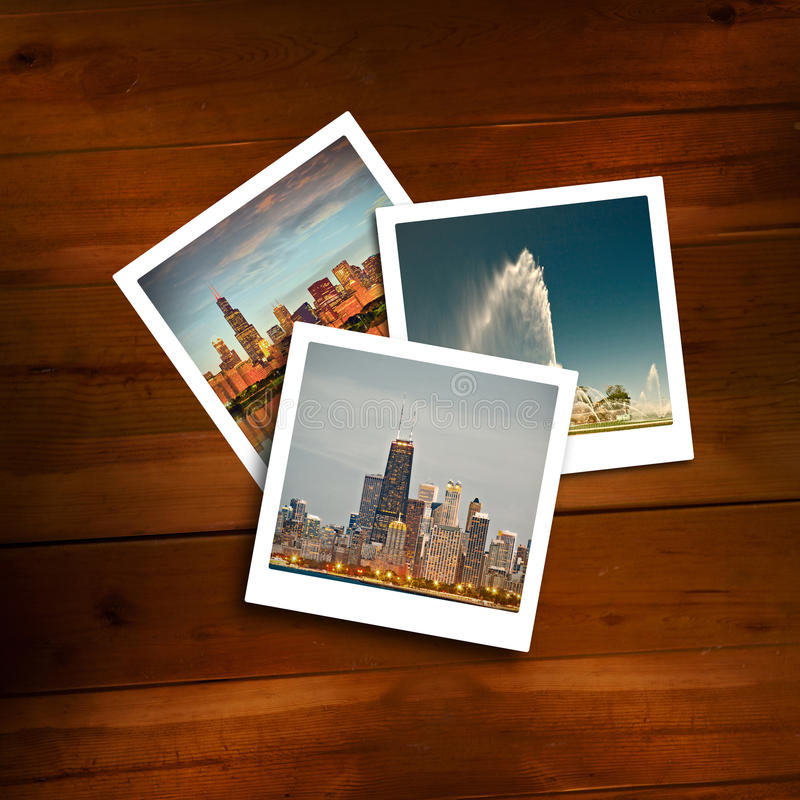 Polaroïds de vintage des souvenirs de voyage sur un fond en bois photo stock