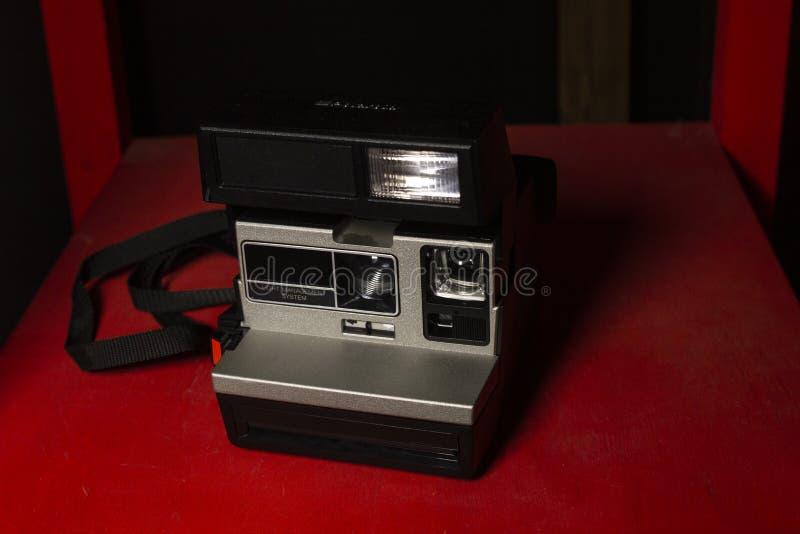 Polaroid auf der roten Tabelle lizenzfreies stockfoto