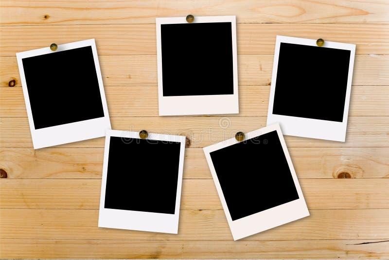 Polaroid en la madera imagenes de archivo