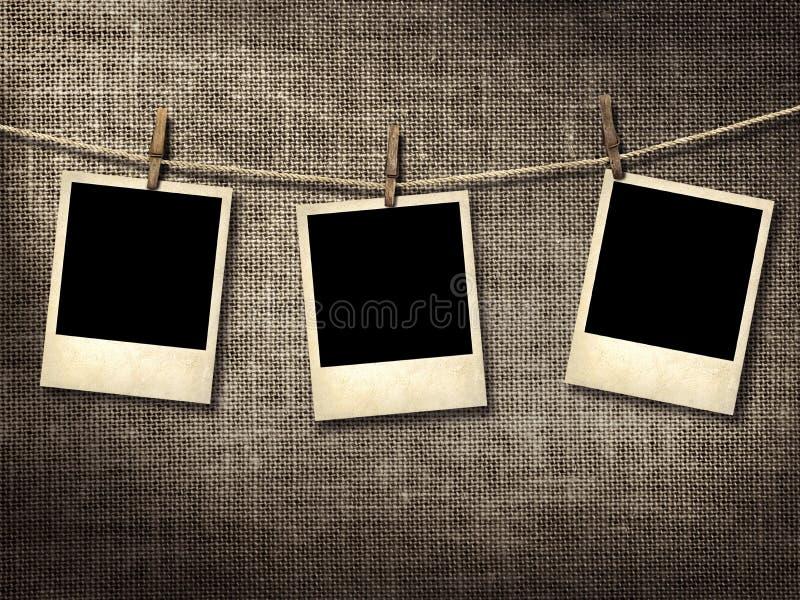 Polaroid- stilfotografier som hänger på en klädstreck royaltyfri bild