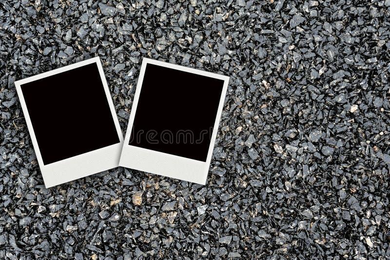 Polaroid två på asfalt texturerar royaltyfria foton