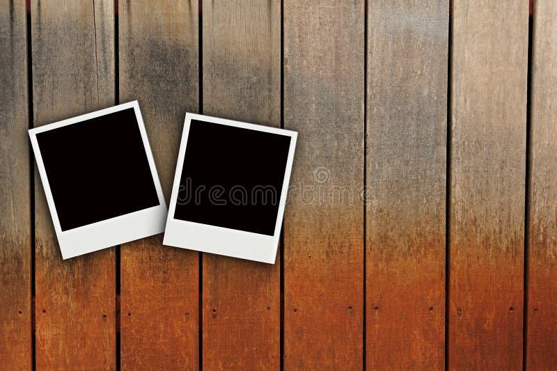 Polaroid zwei auf hölzerner Schmutzfarbenbeschaffenheit lizenzfreie stockbilder