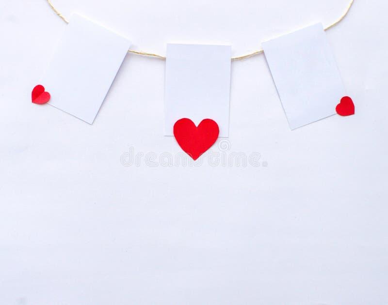 Polaroide, die mit Herzen hängen lizenzfreies stockbild
