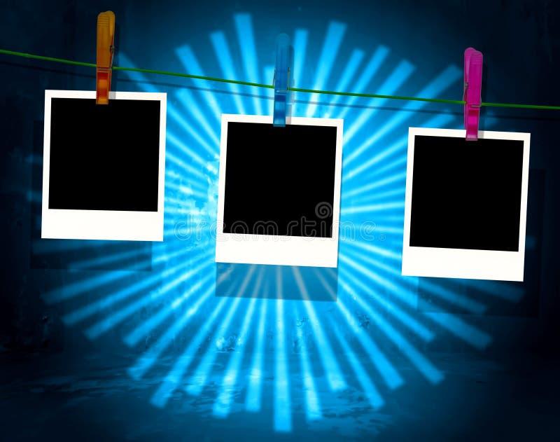 Polaroides en blanco en línea de ropa con los rayos azules libre illustration