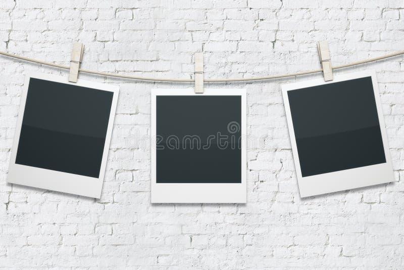 Polaroides en el ladrillo blanco fotos de archivo