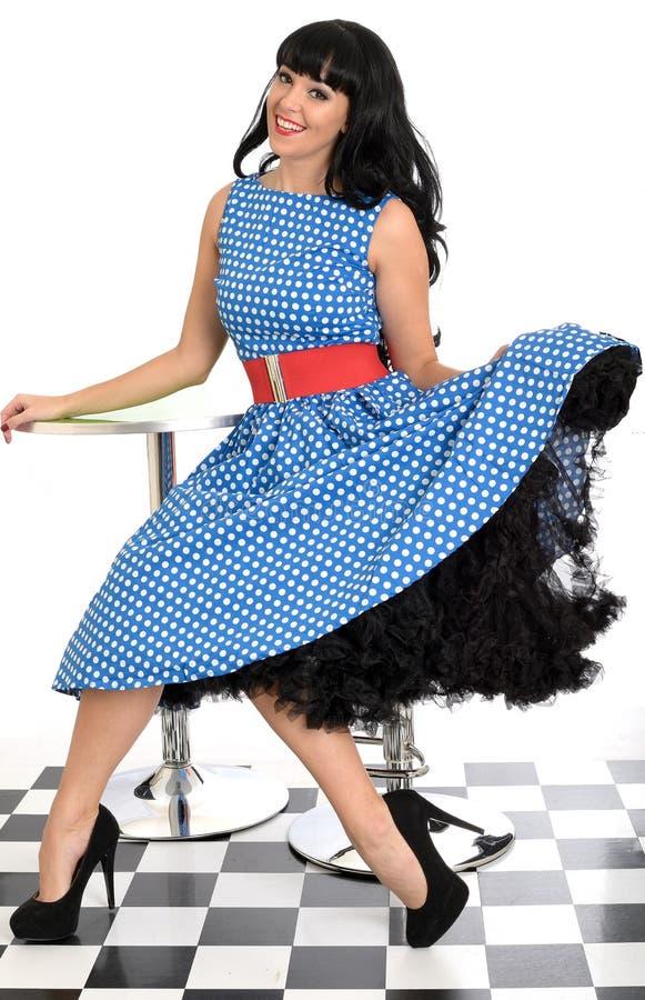 Polca nova feliz 'sexy' atrativa Dot Dress de Posing In Retro do modelo do Pin-Acima do vintage foto de stock