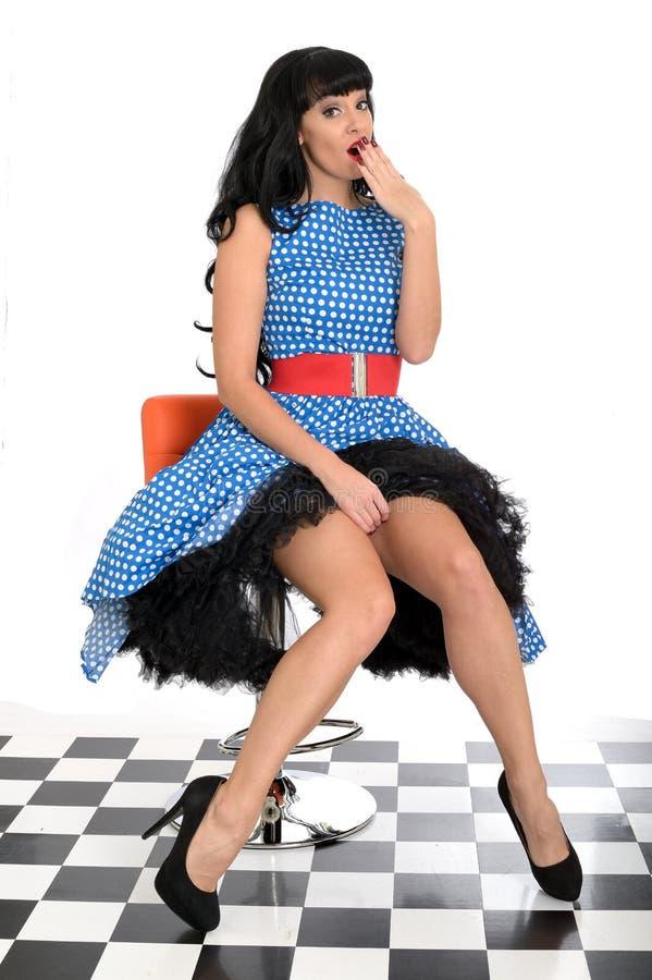 Polca nova insolente 'sexy' atrativa Dot Dress de Posing In Retro do modelo do Pin-Acima do vintage fotos de stock