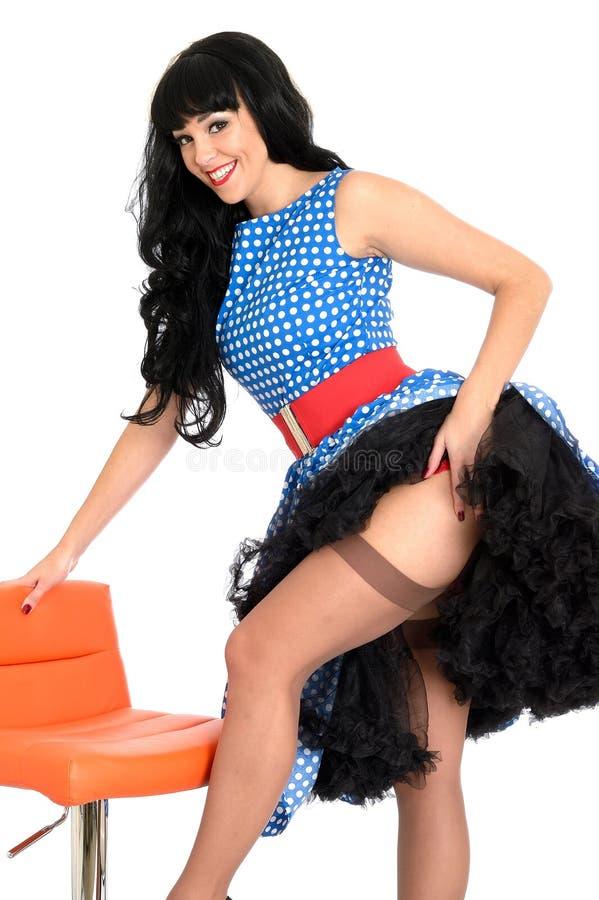 Polca nova insolente 'sexy' atrativa Dot Dress de Posing In Retro do modelo do Pin-Acima do vintage e meias foto de stock royalty free